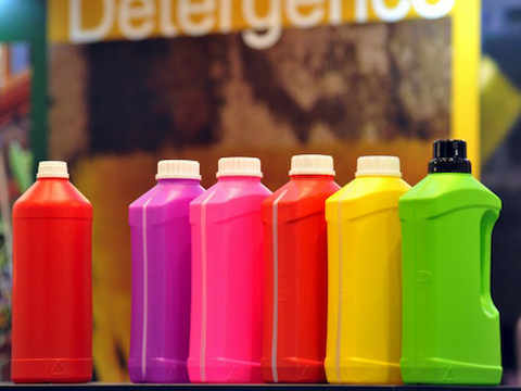 ¿Como se le da color a un envase plastico?